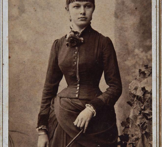 Olga Coșariu, mama Valeriei Pintea, înainte de căsătoria cu Isidor Chirița, 1880, atelier fotografic Kossak József, Timișoara, Piața Sf. Gheorghe