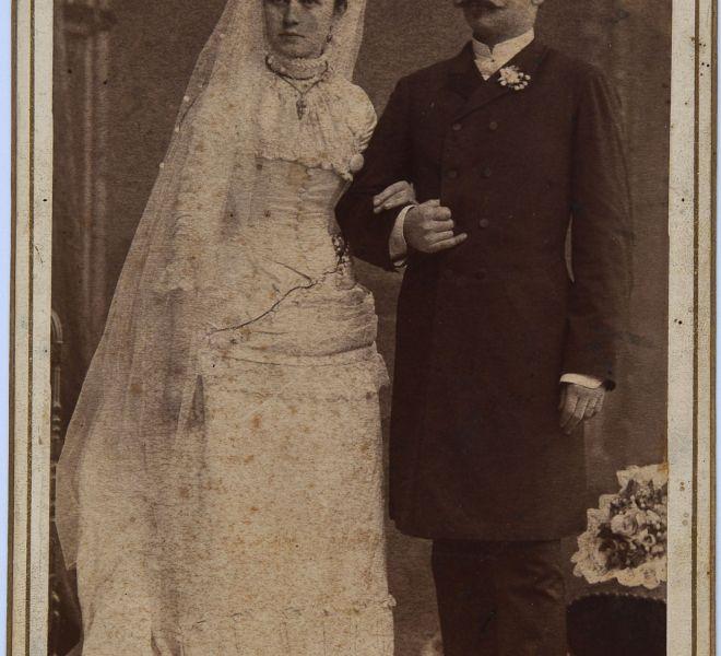 Olga și Isidor Chirița ca tineri căsătoriți, părinții Valeriei Pintea, 1886, atelier fotografic Kossak József, Timișoara, Piața Sf. Gheorghe