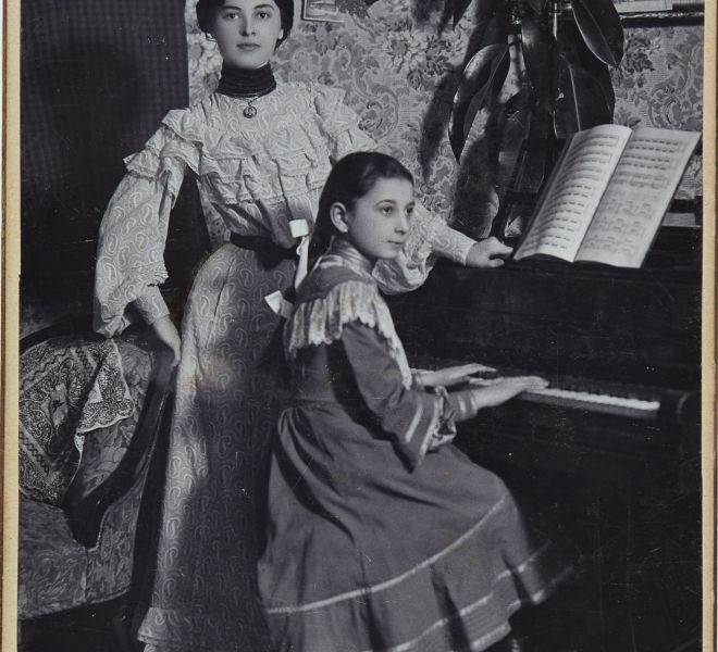 Valeria Chirița și Silvia Șepețan, numită Siba, la pian, Lugoj, fotografie, 1906