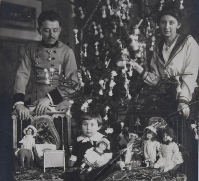 Familia medicului Vasile, soția Valeria și fiica Valentina în locuința din Piața Mocioni nr. 8, cu ocazia Crăciunului din anul 1917, fotografie