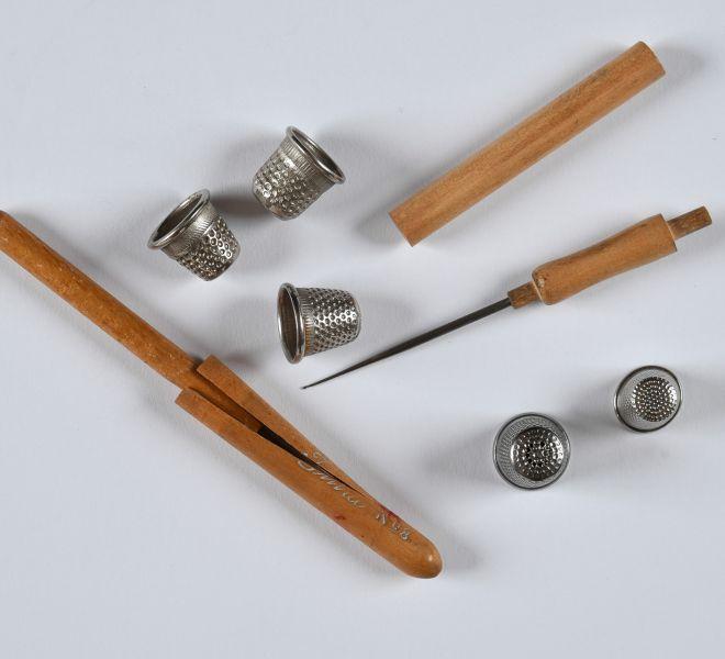 Cinci degetare din aliaj metalic și două croșete din lemn și aliaj metalic, din proprietatea Valeriei dr. Pintea