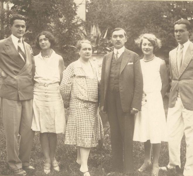 Familia Coste, în grădina de pe strada Doja.