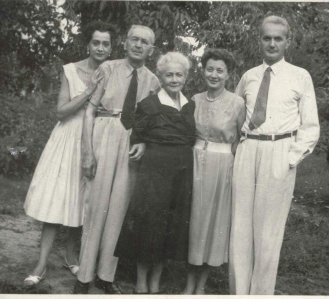 Familia Coste în grădina de pe strada Doja, nr.13
