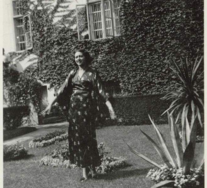 Zoe Coste în grădina tatălui Iuliu Coste de pe strada Doja, Timişoara, anii '30