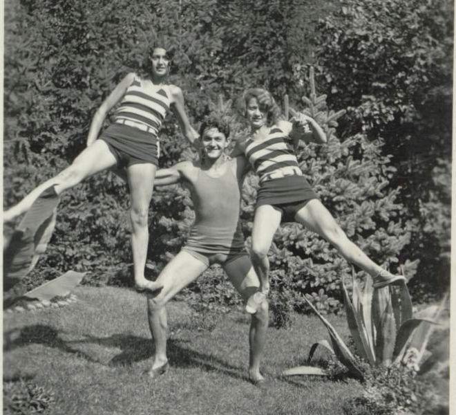 Fraţii Coste, Zeno, Hortensia, dreapta şi Zoe, stânga, în grădina tatălui lor Iuliu Coste, Timişoara, anii '30.